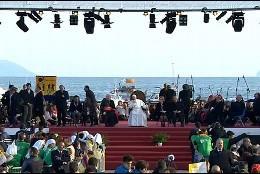 El Papa, frente al mar de Nápoles
