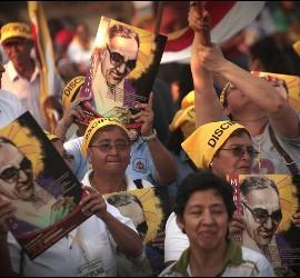 Peregrinos en la marcha por Óscar Romero
