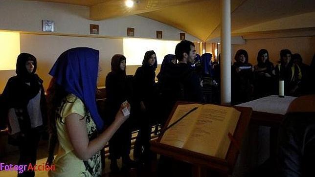 Así asaltó la novia de Errejón la capilla de la Complutense En-el-altar