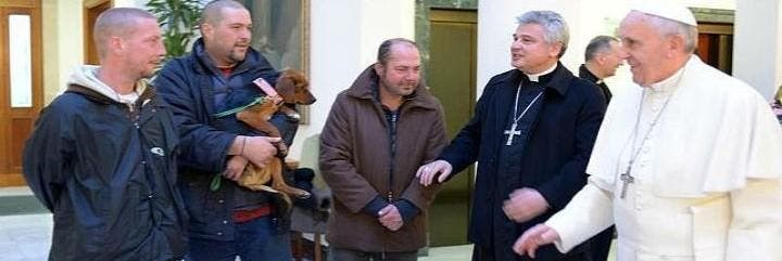 El Papa con algunso sin techo en un encuentro de hace unos meses