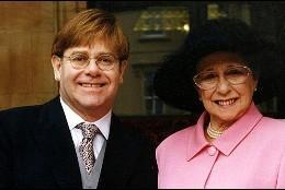 Elton John y su madre, el día que el cantante recibió el título de «Sir».