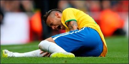Neymar se duele del pisotón de Gary Medel.