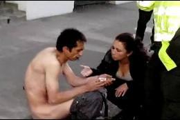 El hombre, siendo atendido tras la aparatosa caída