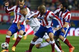 Benzema, rodeado por Mario, Miranda y Arda.