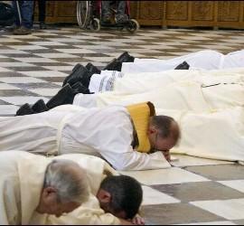 El arzobispo de Granada, tumbado en el suelo de la catedral