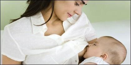 Una madre dando el pecho a su bebé