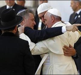 El abrazo entre Skorka, Abboud y Bergoglio