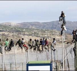 Inmigrantes en la valla melillense