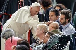 El Papa bendice a enfermos