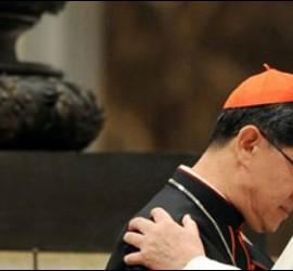 El cardenal Tagle, abrazado a Francisco