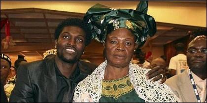 Adebayor, junto a su madre