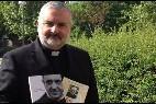 Medina Pellegrini con las ediciones de su libro sobre Bergoglio