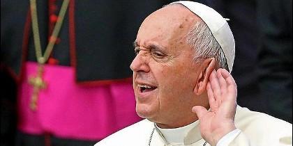 Papa gesto oído