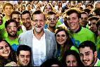 Mariano Rajoy con militantes del PP.