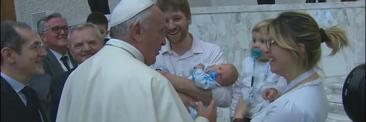 El Papa, con una familia y sus tres hijos