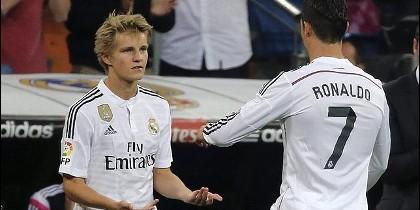 Cristiano Ronaldo con Odegaard.