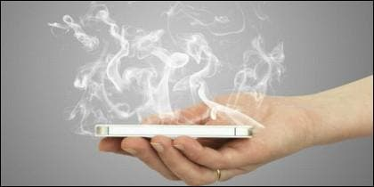 Un móvil echando humo, y no precisamente de tanto hablar...