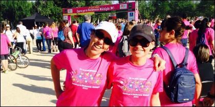 Azucena García Calvo y Lidia Gallego, participantes en la carrera popular por la esclerosis múltiple 2015 en las distancias de 10 kms y 2,3 kms, respectivamente.
