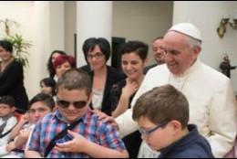 El Papa, con los niños en Santa Marta