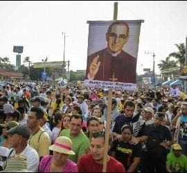 Multitudinaria beatificación de Romero