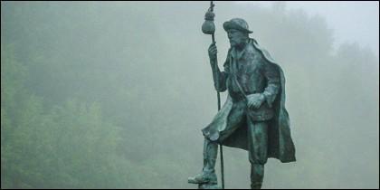 Monumento al peregrino en el Camino de Santiago.