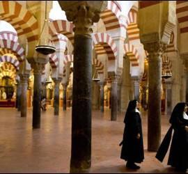 Dos religiosas en la mezquita-catedral