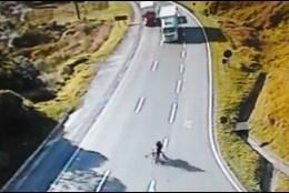 Los jovenes en la bicicleta hacia el camión