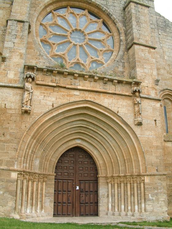 Puerta oeste de la colegiata de Santa María del Manzano. / Manuel Rios