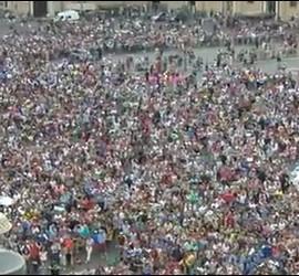 Decenas de miles de fieles en el Angelus