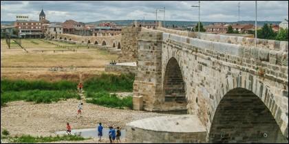 Interminable puente sobre el Órbigo.
