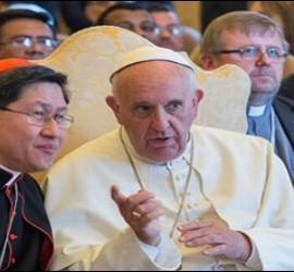 Francisco conversa con el cardenal Tagle