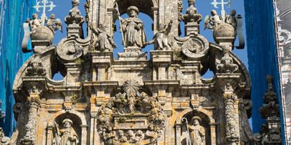 Santiago peregrino, urna alegórica y los discípulos Atanasio y Teodoro.