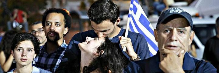 Ciudadanos de Grecia escuchan los resultados del referéndum montado por el primer ministro Tsipras.