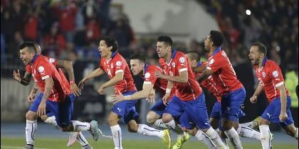 Los jugadores de Chile celebran su triunfo ante Argentina.