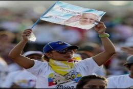 Feligreses esperando la llegada de Francisco al parque de Guayaquil