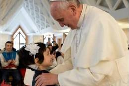 Una de los niños enfermos de cáncer que el Papa recibió en el Vaticano