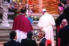 El Papa reza ante la Virgen en la catedral de Quito