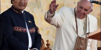 El Papa saluda. Evo Morales, a su lado