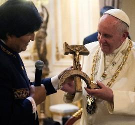 Evo entrega a Francisco la cruz de Espinal