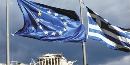 La Acrópolis de Atenas con la sbanderas de Grecia y la Unión Europea.