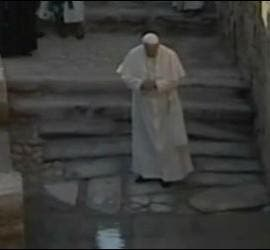 El Papa reza en el lugar del bautismo