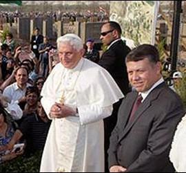 Benedicto XVI visita el lugar del bautismo con los Reyes de Jordania
