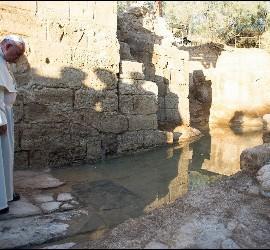 El Papa, en el sitio del bautismo de Cristo
