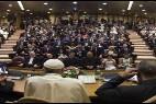 El Papa, con los alcaldes en la sala del Sínodo del Vaticano