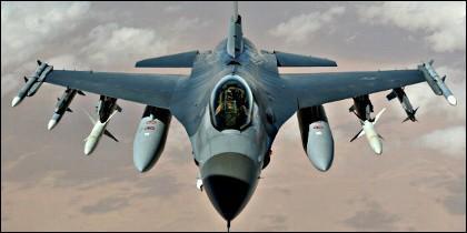 Un cazabombardero F-16.