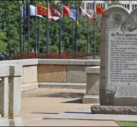 El monumento a los Diez Mandamientos erigido en el Capitolio estatal en la ciudad de Oklahoma