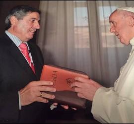El Papa, con la Biblia de Verbo Divino