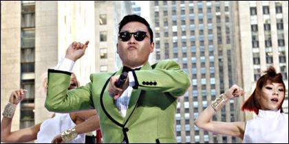 PSY interpreta su Gangnam Style.
