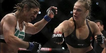 Rousey golpea a la brasileña Correia.