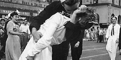 McDuffie besa a una enfermera.
